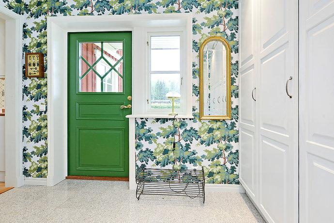 Grön dörr i hall